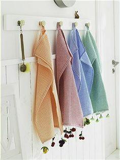 weiß lasierte Garderobenleiste Aufhänger: Diese weiss lasierte Garderobenleiste mit Ihren fünf Keramikknopfaufhängern bietet nicht nur Küche...