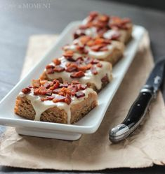 Peanut Butter Banana Blondies w/ Bacon, aka Elvis Bars Quick Easy Desserts, Delicious Desserts, Brownie Recipes, Cake Recipes, Banana Blondies, Rice Crispy Treats, Peanut Butter Banana, Brownie Bar, Sweet And Salty
