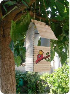 abri pour oiseaux en brique de jus de fruit et batonnets