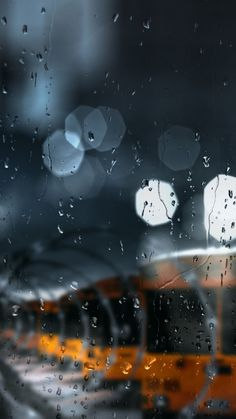 This bokeh is so wonderful! And this cromatic palette is so beautiful! Cute Wallpaper Backgrounds, Cute Wallpapers, Iphone Wallpaper, Rainy Wallpaper, Rain Photography, Street Photography, Rainy Day Photography, Rainy Mood, Smell Of Rain
