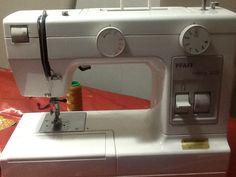 Il n'est pas toujours facile de régler au mieux la tension du fil sur une machine à coudre. Si vous galérez, voici une astuce qui j'espère vous permettra de gagner du temps ! Techniques Couture, Diy Couture, Creation Couture, Triangle, Patches, Sewing, Technology, Voici, Blog