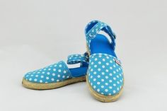 How cute are these! Blue polka dot Cienta espadrilles. Snap closure at the ankle for easy on/off, your little girl will love these comfy shoes.