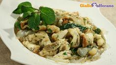 Le melanzane e cipolle al forno sono un piatto velocissimo da preparare, bastono 30-35 minuti di cottura in forno, il tempo di far raffreddare le melanzane e le cipolle, spellarle, tagliarle e condirle con tutti gli ingredienti necessari: pepe, peperoncino, basilico, mentuccia, prezzemolo, aglio, origano, olio, aceto di vino e sale. Qui la #ricetta:http://ricette.giallozafferano.it/Melanzane-e-cipolle-al-forno.html #GialloZafferano #contorni