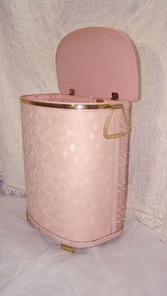 Vintage Pink Atomic Laundry Hamper with Gold Trim and Flecked Lucite Handles. Padded and Woven. Clean and Tall. this was the exact one we had. Vintage Love, Vintage Pink, Vintage Items, Pink Love, Pretty In Pink, Vintage Laundry, Vintage Kitchen, Vintage Bathrooms, Pink Bathrooms