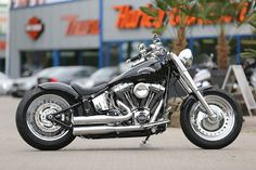Customized Harley-Davidson Fat Boy with stretched tank, rear fender steel, Jekill & Hydeexhaust and short sie mount license by Thunderbike Customs Germany