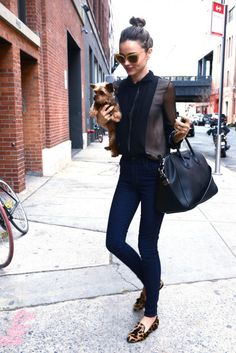 Miranda Kerr: Sunday Morning with Frankie!: Photo Miranda Kerr totes around her adorable dog Frankie as they leave a private residence on Sunday morning (November in New York City. Miranda Kerr Street Style, Fashion Mode, Fashion Trends, Fashion Shoes, Girl Fashion, Fashion Design, Look Formal, Stevie Nicks, Models