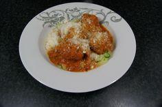Spaghetti van courgette. En gehaktballetjes (rundergehakt, brood, ei, parmezaanse kaas) in tomatensaus.