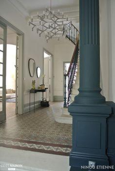 Cette entrée mixe le style traditionnel avec des pièces modernes comme le lustre.