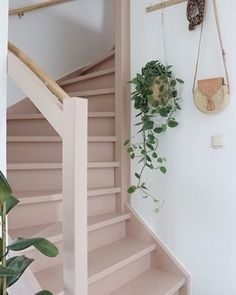 Make over: roze trap en deur in de kleur Skin Powder - Stijlinge - DIY Warren House, Painted Staircases, Painted Stairs, Home Interior Accessories, Deco Rose, Boho Home, House Stairs, Pink Houses, Transitional Decor