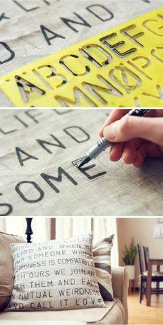 Es muy sencillo: tan solo necesitas un cojín liso, un lapicero, un rotulador para pintar sobre tela y una regla de esas en las que vienen marcadas todas las letras del abecedario, y que puedes encontrar en cualquier librería. Elige primero las palabras o frases que van a ir sobre tu cojín, con la regla vete marcándolas con el lápiz (por si te equivocas). Después, y con un poco de paciencia, vete rellenándolas con el rotulador.