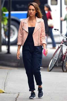 Who made Jessica Alba's pink leather jacket, black overalls, and sneakers that she wore in New York? Jessica Alba Style, Jessica Parker, Oufits Casual, Casual Winter Outfits, Neymar 11, Rebecca Minkoff, Black Overalls, Moda Casual, Inspiration Mode