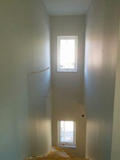 Färdigmålat vid trappen. Bara lampor, spottar och ledstång kvar.