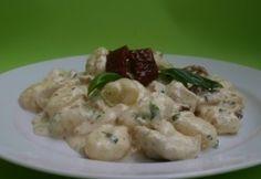 Bazsalikomos csirkecsíkok tejszínes gnocchival recept képpel. Hozzávalók és az elkészítés részletes leírása. A bazsalikomos csirkecsíkok tejszínes gnocchival elkészítési ideje: 25 perc