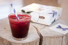 Til 4 glas rødbedejuice: 5 store rødbeder, 2 æbler, en humpel ingefær, ca 2×2 cm, 2 skrællede appelsiner, Kom det hele i en juicer og nyd saften...
