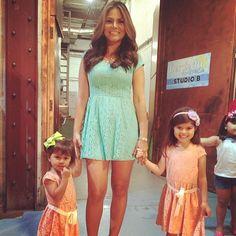 Miren que belleza @Natalia Cruz muy a la moda vestida toda igual que sus dos hijas. #MommyAndMe