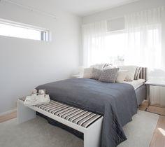 Inkoo-sohvassa käytetty raitakangas toistuu myös matalassa Idea-tasossa ja Unigold-sängynpäädyssä, jonka verhoilun voi valita Iskun laajasta kangasvalikoimasta.