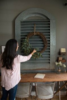 magnolia homes joanna gaines It is finally and after putting all of the Christmas trimmings back in their bins, home can feel bare and uninspiring. Gaines Fixer Upper, Fixer Upper Joanna, Magnolia Fixer Upper, Magnolia Farms, Magnolia Market, Magnolia Homes, Make Your Own Wreath, Passion Deco, Chip And Joanna Gaines