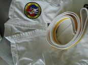 Superlækker taekwondo dragt i den populære koreanske stofstruktur, med ekstra længde i jakke og kile i hele buksens længde og elastik i livet.