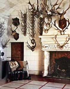 Hunting room Hunting cabin Trophy rooms Hunting lodge Lodge style House D Hunting Lodge Decor, Hunting Cabin, Hunting Lodge Interiors, Hunting Rooms, Deer Hunting, Chic Shack, Chateau D Anet, Trophy Rooms, Lodge Style
