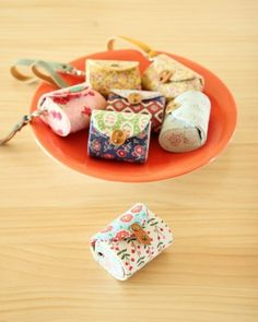 Fabrics Purse Coin Keychain with plastic insert. Tutorial DIY in Pictures… Coin Purse Pattern, Purse Patterns, Diy Coin Purse, Sewing Patterns, Purse Tutorial, Diy Tutorial, Sewing Projects For Kids, Sewing Crafts, Fabric Crafts