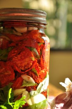 Sun Dried Tomatoes packed in olive oil, basil and garlic cloves Works Singh Dent Robin White Great Recipes, Healthy Recipes, Canned Food Storage, Dehydrator Recipes, Dehydrated Food, Dried Tomatoes, Canning Recipes, Sun Dried, Fruits And Veggies