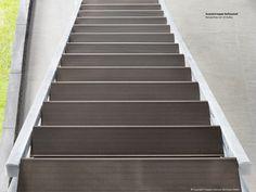 Unsere Neuheit unter den Außentreppen ist die Stahlwangentreppe Hollywood mit WPC-Stufen. Sie erfüllt damit alle Anforderungen an Ästhetik und Design ebenso wie den hohen Anspruch an Qualität und Stabilität. Die hochwertigen Auflagen aus WPC bilden im Stahlrahmen eine trittsichere Stufe, dessen Oberfläche in den beliebten Farbtönen Havanna-Braun und Lava-Anthrazit ausgeführt ist. Die Treppe mit Natürlichkeit zeigt sich hier von seiner schönsten Seite.