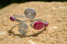 Bracciale wire, alluminio e madreperla.  Aluminum wire bracelet with nacre