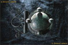 cultura picena, pendaglio in bronzo, da Grottazzolina, tomba XXI oggetto n. 19, Museo Archeologico Nazionale di Ancona