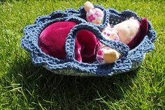 My daughters always love carrying their dolls around in different beds, baskets, strollers, carriers etc. so I had to make a new one for the new Waldorf dolls that I made for them.