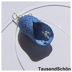 Anhänger in Blütenform  aus einem Seidenkokon in blau  ganz zart hängend an einer Perlonkette -  mit silbernen Blütenstengeln  auch in weiteren Far...