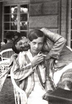 Annemarie Schwarzenbach y Erika Mann, en Venecia en 1932 via: El Païs Belle Epoque, Drag King, Lesbian Pride, Lesbian Love, Lesbian Couples, Vintage Photographs, Vintage Photos, Mädchen In Uniform, Vintage Lesbian