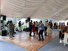 Eine wunderbare Möglichkeit, in Form zu bleiben, ist das Tanzen!  Also, wenn Sie das Fitnessstudio nicht mögen, gehen Sie einfach auf die Tanzfläche von Flasch City bis die Sonne am See wieder scheint. . . . #FlaschCity #hochzeitsinspirationen #veranstaltungsort #veranstaltungstipp #veranstaltungssaal #brautschmuck #brautsträuße #hochzeitsgeschenk #hochzeitsfrisuren #hochzeitskleid #Hochzeit #hochzeitsfotograf #hochzeitsdeko #TrauungamStrand #TrauungDraußen #TrauungimFreien#TrauungimWald