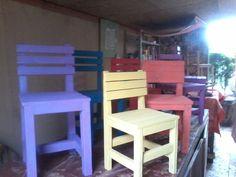As cadeirinhas são feitas com madeira reciclada,por ser artesanal cada uma é unica.Entrega grátis em Curitiba. A Como são feitas artesanalmente,temos vários tamanhos disponiveis R$ 35,00