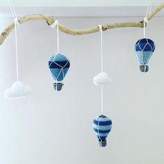 Baby uro 👶🏻 baby mobile #hækle #hæklet #babyuro #luftballon #sky #hjemmelavet #gave #crochet #babymobile #babyboy #present #gift #hotairballoon #cloud #homemade #craft #crafts #hekle #heklet