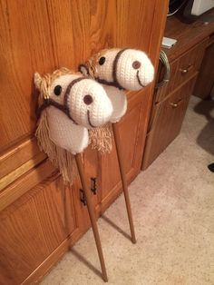 I changed a number of things. Made nostrils with buttons (thanks Marlys). Put the entire bridle pieces around the head and top. When I put the stick in, I had my husband drill a hole 1 inch from the top, then another just above the bottom of horse neck. I threaded yarn through each hole so it would be sturdier. It was fun!