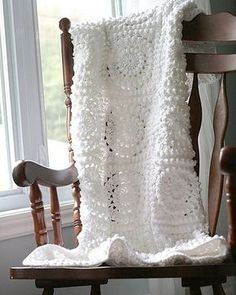 Crochet blanket. Free patterns for crochet a beautiful plaid for house interior