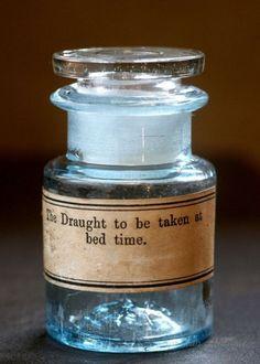 画像1: 〈イギリス〉The Draught 古い薬瓶 アンティークガラス英字ラベルボトル ガラスキャップ付き(約高さ6.7cm)〈イギリス〉The Draught 古い薬瓶 アンティークガラス英字ラベルボトル ガラスキャップ付き(約高さ6.7cm) になります。  The Draught 古い薬瓶です。  ボトル本体のペールブルーがとてもきれいですね。  ガラスキャップもゆらぎもありきれいです♪ 英字ラベルの、ロゴが素敵ですね♪  ガラスの色合いや厚み、ゆらぎ、可愛い気泡などアンティークガラスの持つ独特な美しさを持っています♪ 窓辺に飾って、ガラス越しに見える淡いやわらかな光を見る楽しみがございますね。  サイズ ガラスボトル(キャップ含む) 約 高さ6.7cm×直径4.0cm×口の外径3.6cm 重さ 約73g