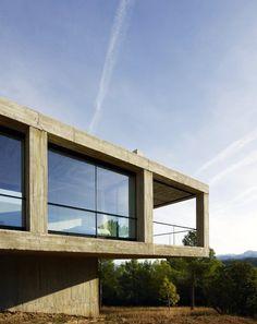 Im spanischen Cretas erhebt sich dieses quaderförmige Heim, konstruiert von den...