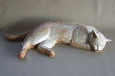 Кошка спит статуэтка. Есть запеченные над полевой шпат глазурь. 62 см в длину от лица к хвосту , ширина  составляет 16 сантиметров, это весит 5,5 кг.  цена продажи 38,000 иен (включая налог)