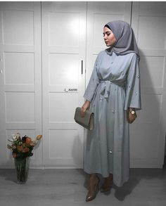 - Hijab Styles 473018767110613783 – Modèles Hijab Chic Simple : 10 Hijabs simples et stylés – Hijab Fashion and Chic Style Source by norahbourama Hijab Chic, Hijab Elegante, Hijab Casual, Abaya Fashion, Muslim Fashion, Modest Fashion, Trendy Fashion, Fashion Outfits, Fashion Ideas