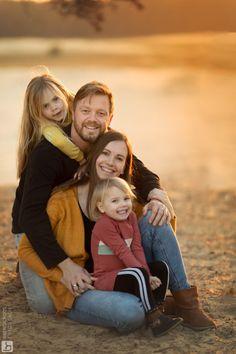 Studio Family Portraits, Fall Family Portraits, Family Portrait Poses, Family Picture Poses, Family Portrait Photography, Family Photo Outfits, Family Photo Sessions, Family Posing, Family Photoshoot Ideas
