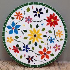 O tampo de mosaico mais florido e colorido passando pelo seu feed! Estou muito feliz com o resultado amo minhas flores dançantes! Este #mosaico foi feito sob encomenda e mede 55 cm de diâmetro. Quer fazer orçamento? Me manda inbox!  #alemdaruaatelier #alemdarua #verokraemer #tampomosaico #mesamosaico #decor #decoracao