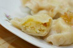 Los pierogi es uno de los platos mas representativos de la cocina polaca. Son muy parecidos a los raviolis, pero al contrario que éstos, los pierogi no suelen acompañarse de salsa ( los originales claro, cada cual en su cocina...). Su acompañamiento más frecuente es panceta frita, o cebolla frita y crema agria.