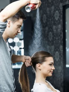 """""""Wow, warst du beim Friseur?"""" Dieses Kompliment kommt bestimmt, wenn Sie demnächst unsere 20 Haar-Tipps ausprobieren. Hier: So pflegen und stylen die Profis. Und das Beste: Das können Sie auch!"""