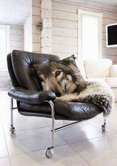 vintage leather chair, putkituoli, kromi, chrome wheels leather chair, retro chair, log home, scandinavian home interior, white livingroom, valkoinen olohuone, hirsitalo