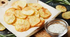 Jicama Chips chips rezepte selber machen mix mix bar mix bar wedding mix recipes mix recipes for kids Baked Potato Oven, Oven Baked, Microwave Potato, Potato Recipes, Snack Recipes, Patatas Chips, Homemade Sour Cream, Crispy Chips, Sour Cream And Onion