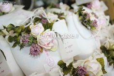http://www.lemienozze.it/operatori-matrimonio/bomboniere/bomboniere-a-mantova/media/foto/1  Sacchetti portaconfetti con fiorellini applicati