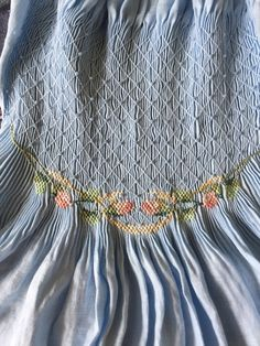 Smocking Plates, Smocking Patterns, Embroidery Patterns, Sewing Patterns, Sewing Ideas, Punto Smok, Smocking Tutorial, Baby Dress Design, Ribbon Yarn