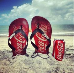 Flip flops and coca cola classic! Coca Cola Vintage, Coca Cola Ad, Always Coca Cola, World Of Coca Cola, Coca Cola Decor, Best Soda, Cocoa Cola, Diet Coke, Necklaces