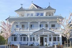 A beautiful holiday-house in Timmendorfer, a beautiful seaside resort on the Baltic Sea in Germany . Victorian Style Homes, Victorian Photos, Victorian Houses, Beautiful Home Gardens, Beautiful Homes, German Houses, Shabby, New England Style, Seaside Resort